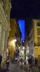 torre del gombito illuminata di blu