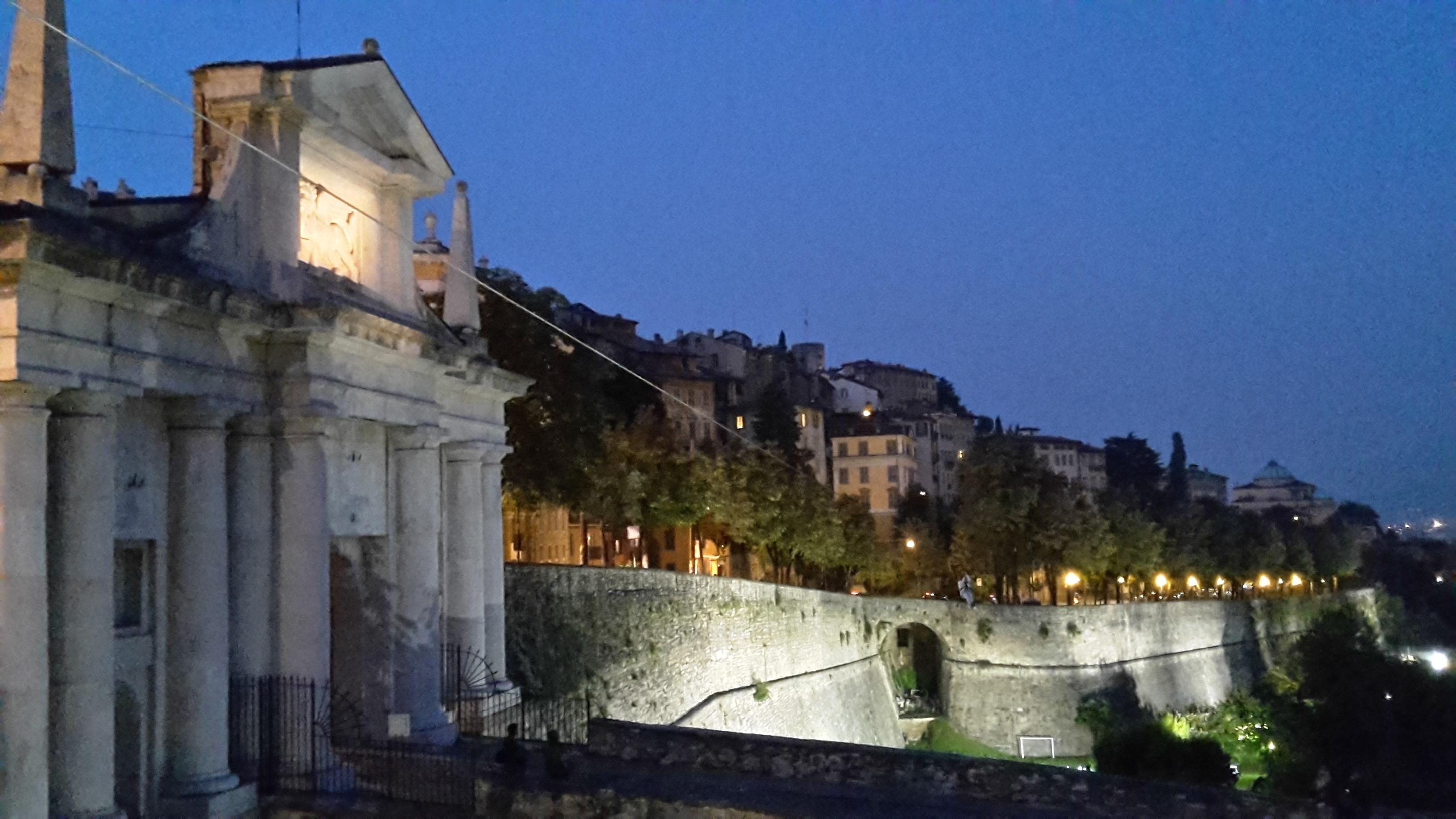 Volo Sulle Mura Di Bergamo Appesa Alla Teleferica