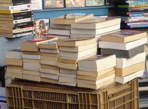 pila di libri a les kiosques Toulon